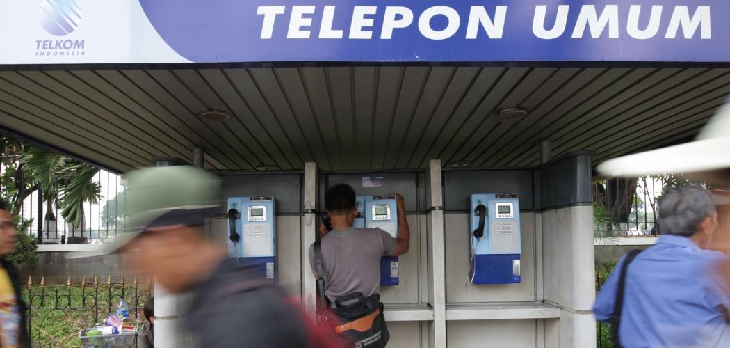 Pengguna telepon umum milik PT Telkom Indonesia pada 2007. - Bloomberg /  Dimas Ardian.