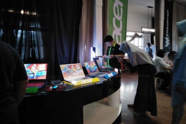 Pengunjung mengamati produk laptop Acer dalam media gathering Acer Day 2018 di Palembang Rabu (11/7/2018). - Bisnis/Dinda wulandari