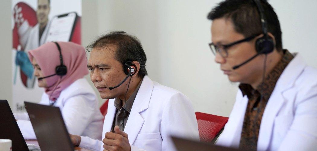 Dokter berkonsultasi dengan pasien dari jarak jauh menggunakan platform layanan kesehatan daring.  - Dimas Ardian/Bloomberg