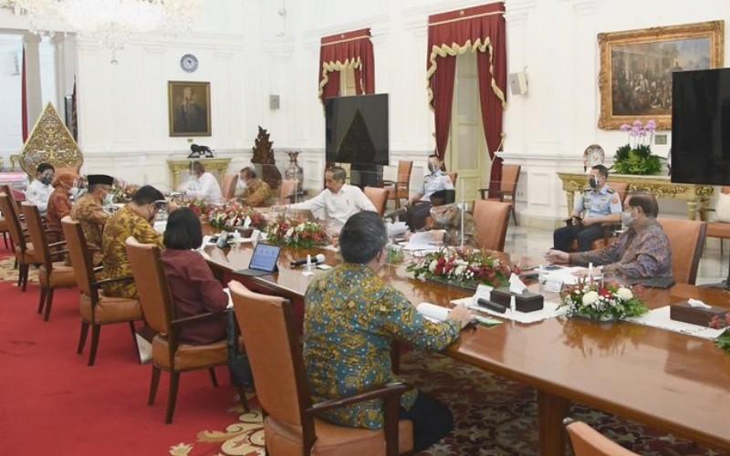 Wapres Ma'ruf Amin mendampingi Presiden Joko Widodo dalam rapat terbatas tentang Persiapan Penyaluran Bansos Tahun 2021 di Istana Merdeka, Jakarta, Selasa (29/12/2020) - Twitter/Kiyai_Ma'rufAmin