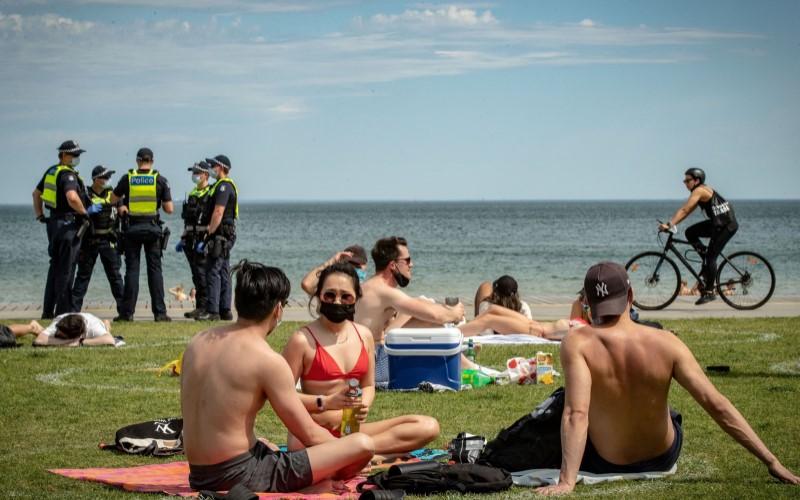 Petugas keamanan negara bagian Victoria tengah bertugas menjaga di salah satu pantai di Melbourne, Australia. - Bloomberg