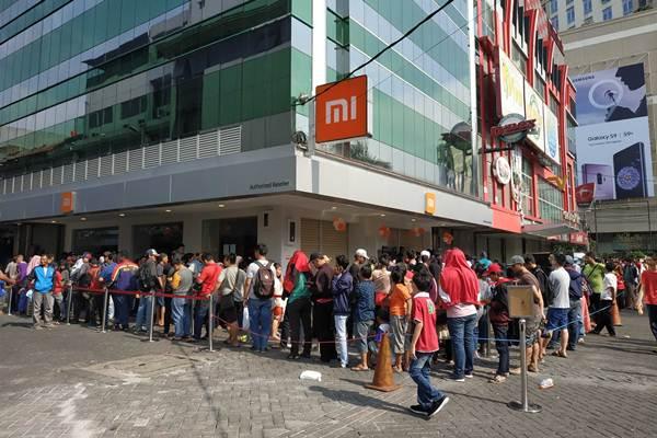 Pelanggan mengantre di depan Authorized Mi Store di Roxy Mas, Jakarta pada Minggu (13/5/208). Xiaomi meresmikan pembukaan enam Authorized Mi Store terbaru di Indonesia - Xiaomi
