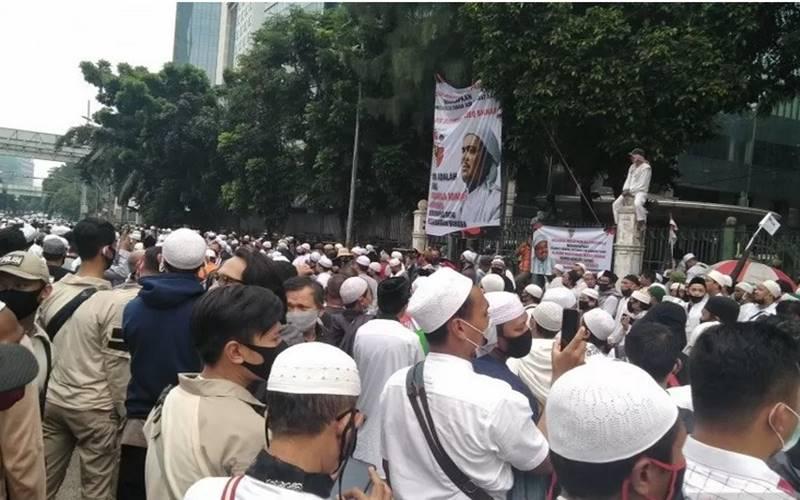 Massa Front Pembela Islam (FPI) yang menanti kepulangan Imam Besar Rizieq Shihab di tikungan Jalan Letjen S Parman menuju Jalan KS Tubun, Jakarta, Selasa (10/11/2020). - Antara