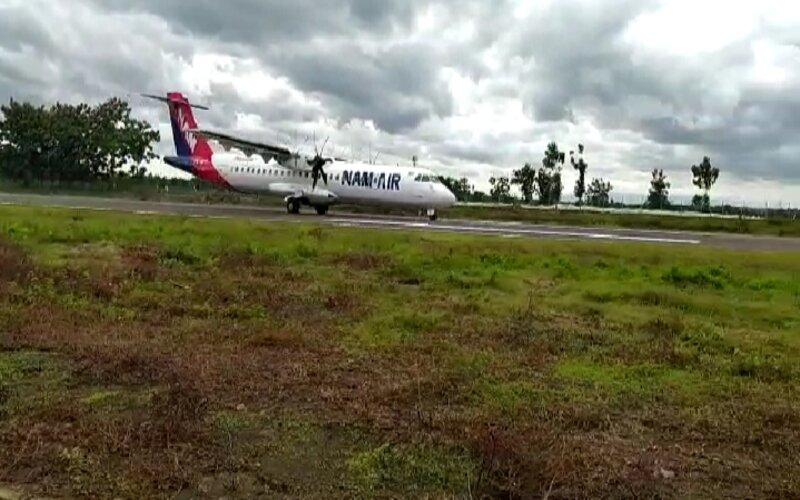 Tangkapan layar Pesawat Nam Air tipe ATR72 berhasil mendarat mulus di Bandar Udara Ngloram, Cepu, Kabupaten Blora, Rabu (30/12/2020). - Ist