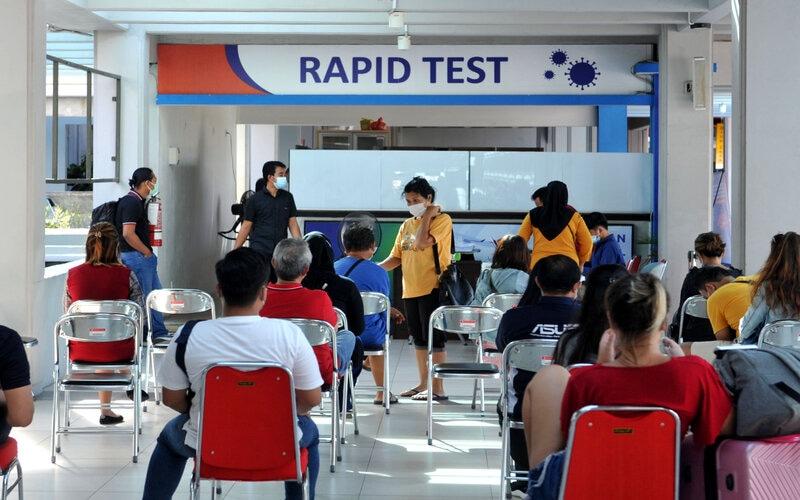 Warga mengantre di lokasi tes cepat (rapid test) Covid-19 di Bandara Internasional I Gusti Ngurah Rai, Badung, Bali, Rabu (23/12/2020). Pengelola Bandara Ngurah Rai, mulai Rabu (23/12) menambah fasilitas layanan Rapid Test Antigen menjadi dua titik di kawasan terminal domestik bandara yang mampu melayani sekitar 1.000 orang warga setiap harinya. - Antara/Fikri Yusuf.