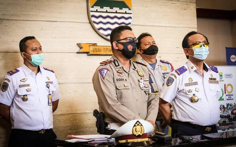 Kepala Dishub Kota Bandung, Ricky Gustiadi (kanan) bersama KBO Satlantas Polrestebes Bandung, AKP Dody Kuswanto (kedua kiri) saat menjelaskan soal penyekatan jalan pada malam tahun baru di Kota Bandung - Bisnis/Dea Andriyawan