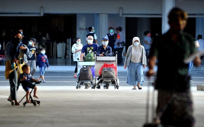 Penumpang pesawat tiba di Terminal Domestik Bandara Internasional I Gusti Ngurah Rai, Badung, Bali, Rabu (23/12/2020). Pengelola Bandara Ngurah Rai memperkirakan puncak arus kedatangan penumpang masa Liburan Hari Raya Natal 2020 terjadi pada Rabu (23/12) dengan perkiraan sekitar tujuh ribu orang penumpang yang tiba di Pulau Dewata. - Antara/Fikri Yusuf.