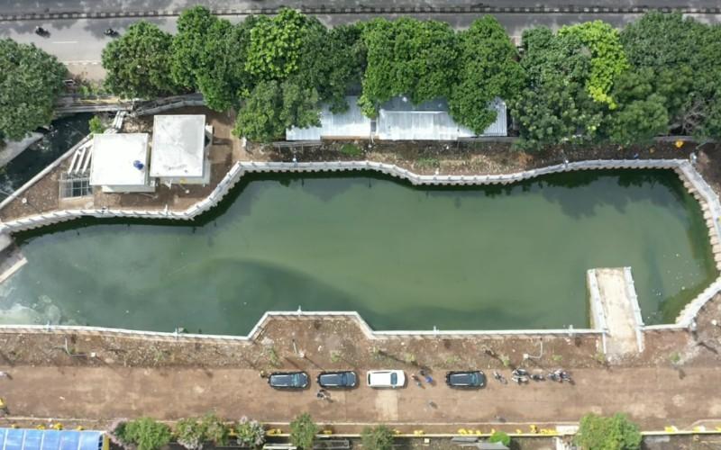 Kolam retensi Gedebage memiliki luas 2.800 meter persegi berada tepat di depan Pasar Gedebage, yakni di sebelah utara Jalan Soekarno Hatta.