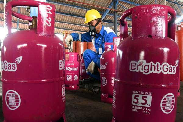 Petugas melakukan pengisian ulang tabung LPG non subsidi Pertamina Bright Gas 5,5 kilogram di Depot LPG PT. Pertamina Tanjung Perak Surabaya, Jawa Timur, Selasa (24/10). - ANTARA/M Risyal Hidayat