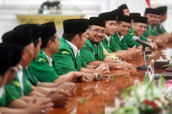 Ketua Umum Gerakan Pemuda (GP) Ansor Yaqut Cholil Qoumas (tengah) memperkenalkan anggotanya saat pertemuan dengan Presiden Joko Widodo di Istana Merdeka, Jakarta, Jumat (11/1/2019). - ANTARA/Akbar Nugroho Gumay