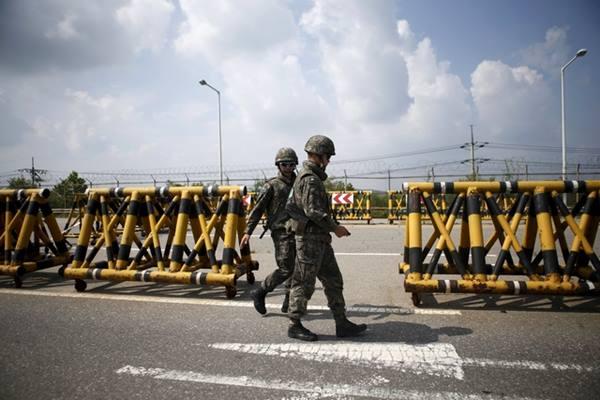 Tentara Korea Selatan berjalan di barikade di chekpoint, Grand Unification Bridge, yang memisahkan Korea Selatan dan korea Utara - Reuters