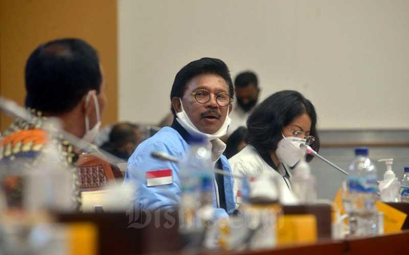 Menteri Komunikasi dan Informatika (Menkominfo) Johnny G. Plate menghadiri rapat kerja dengan Komisi I DPR di Jakarta, Senin (22/6/2020). Bisnis - Dedi Gunawan