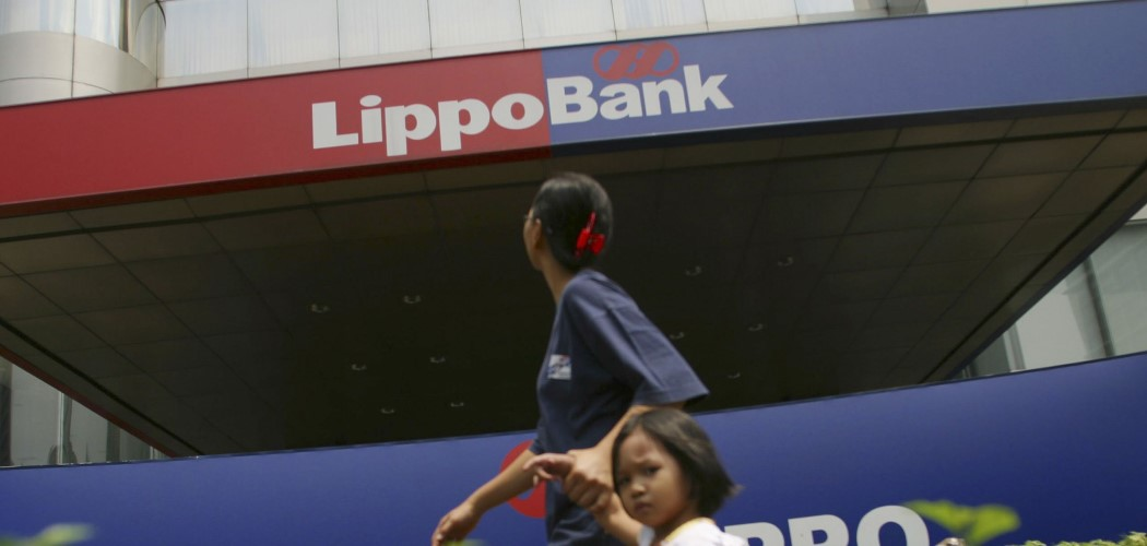 Pejalan kaki melintas di depan kantor Lippo Bank pada Oktober 2003. - Bloomberg / Josh Estey