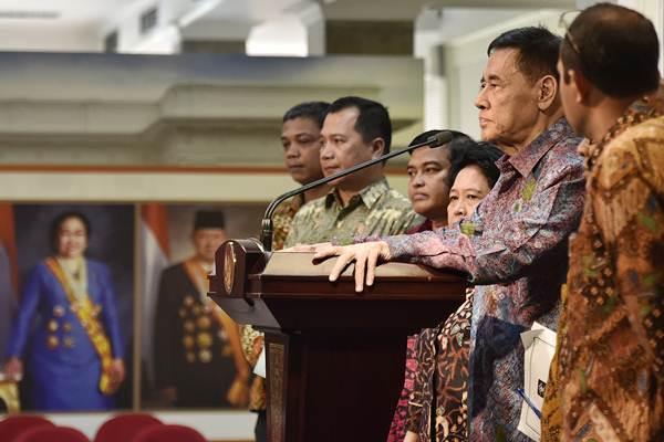 Muladi (kedua kanan), semasa menjabat Ketua Tim Perumus RUU KUHP, didampingi anggota menyampaikan keterangan kepada wartawan seusai bertemu Presiden Joko Widodo di kantor Presiden, Jakarta, Rabu (7/3/2018). - ANTARA/Puspa Perwitasari