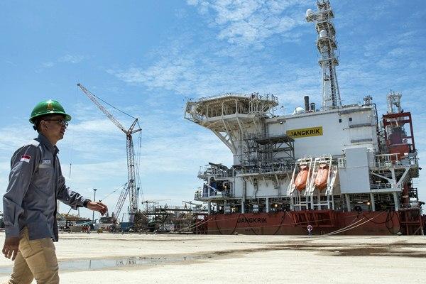 Pekerja melintas di depan kapal Floating Production Unit (FPU) Jangkrik sebelum upacara penamaan di Saipem Karimun Yard, Tanjung Balai Karimun, Kepulauan Riau, Selasa (21/3). - Antara/M Agung Rajasa