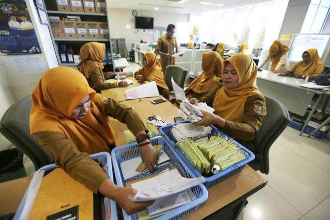 Aparatur Sipil Negara (ASN) Bagian umum Sekretariat Pemerintah Kota Banda Aceh kembali beraktivitas pada hari pertama masuk kerja di Banda Aceh, Aceh, Senin (10/6/2019). - ANTARA/Irwansyah Putra