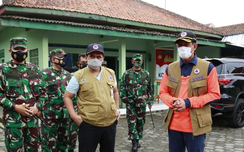 Kepala Badan Nasional Penanggulangan Bencana (BNPB) Doni Monardo (kanan) saat melakukan peninjauan lokasi pengungsian di TPPS Desa Tlogolele, Kecamatan Selo, Kabupaten Boyolali, Jawa Tengah, Jumat (20/11 - 2020). (ist)