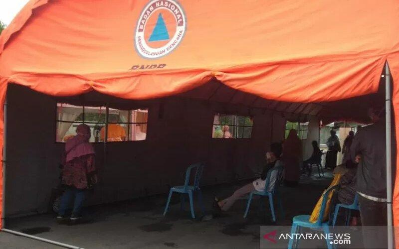 Tenda yang didirikan oleh RSUD dr Moewardi Surakarta di halaman depan bangunan rumah sakit. - Antara/Aris Wasita