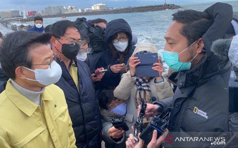 Ketua tim penyelamatan dari Kedutaan Besar Republik Indonesia (KBRI) Seoul, Puji Basuki (kanan), berdiskusi dengan Menteri Kelautan dan Perikanan Korsel, Moon Seong-hyeok (kiri), di lokasi operasi pencarian dan penyelamatan awak kapal ikan 32 Myongminho di Pulau Jeju, Korea Selatan, Kamis (31/12/2020). (ANTARA - HO/KBRI Seoul)