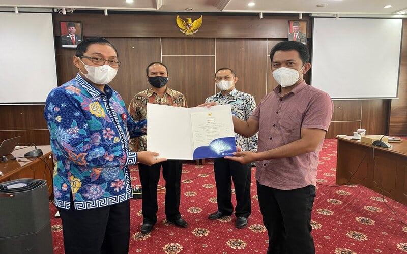 Kepala Perwakilan BI Malang Azka Subhan Aminurridho (kiri) menyerahkan sertifikat halal kepada salah satu UMKM, yakni UD. Riang, pada kegiatan Pendampingan dan Penyerahan Sertifikat Halal, di Kantor Perwakilan BI Malang, Selasa (29/12/2020). - Istimewa