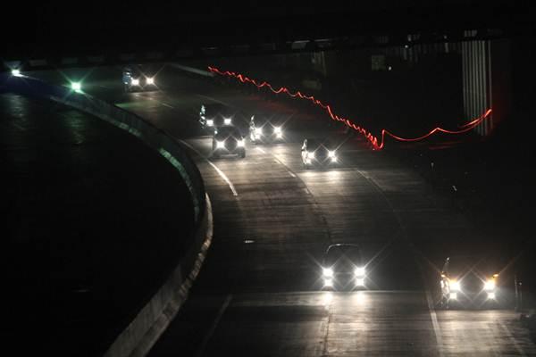 Sejumlah kendaraan melintasi ruas jalan tol fungsional Bogor, Cianjur dan Sukabumi (Bocimi) seksi I yang minim lampu penerangan dan marka jalan, di Ciawi, Kabupaten Bogor, Jawa Barat, Jumat (8/6/2018). - ANTARA/Yulius Satria Wijaya