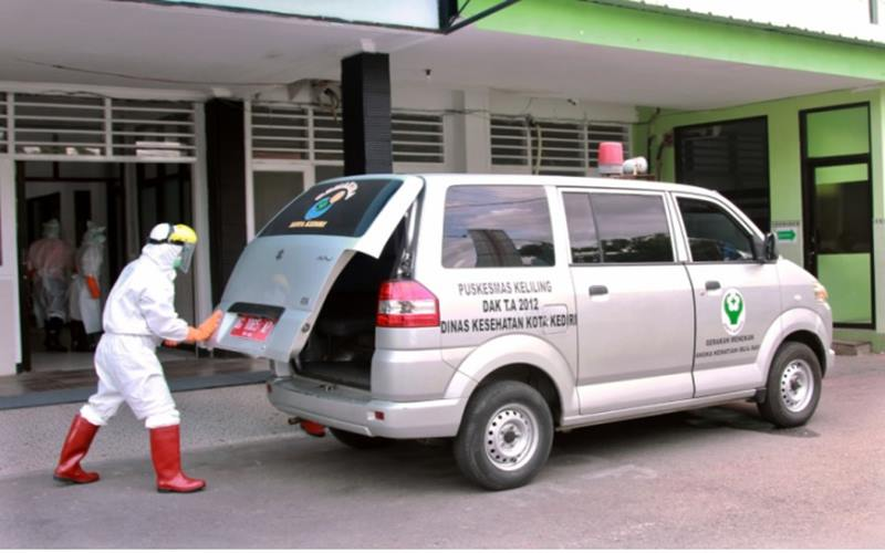Petugas medis di RS Kilisuci Kediri, Jawa Timur, yang khusus menangani pasien Covid-19. - Antara