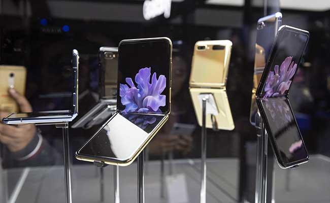 Ponsel pintar Galaxy Z Flip dipajang saat acara peluncuran di San Francisco, California, Amerika Serikat, Selasa (11/2/2020). Bloomberg - Michael Short