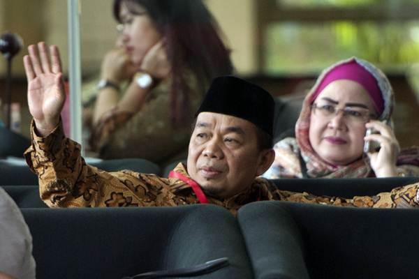 Anggota DPR fraksi PKS Jazuli Juwaini melambaikan tangan saat menunggu menjalani pemeriksaan di gedung KPK, Jakarta, Jumat (7/7). - ANTARA/Rosa Panggabean
