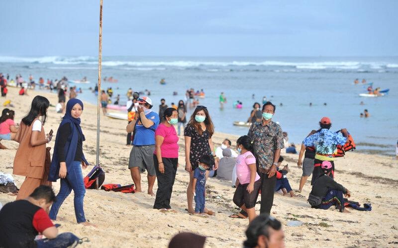 Wisatawan mengunjungi kawasan Pantai Pandawa, Badung, Bali, Jumat (1/1/2021). Ribuan wisatawan yang didominasi oleh wisatawan domestik memadati kawasan wisata Pantai Pandawa saat libur awal tahun 2021. - Antara/Fikri Yusuf.