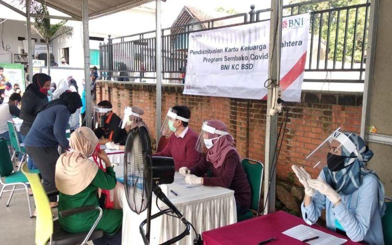 Ilustrasi - Pendistribusian Kartu Keluarga Sehat dan bantuan sosial Program Sembako Covid yang dilakukan BNI oleh di salah satu kantor cabangnya.  - Dok. BNI