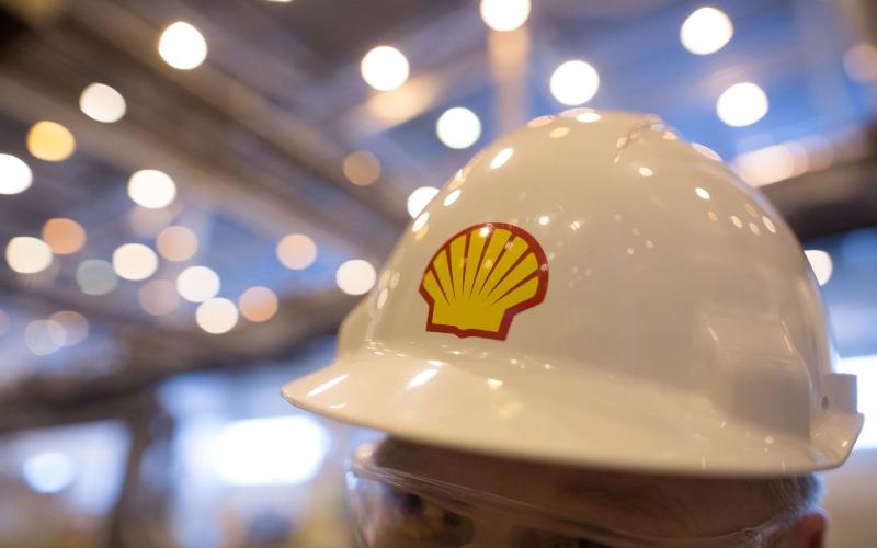 Karyawan menggunaan helm berlogo Shell. - Bloomberg/Andrey Rudakov