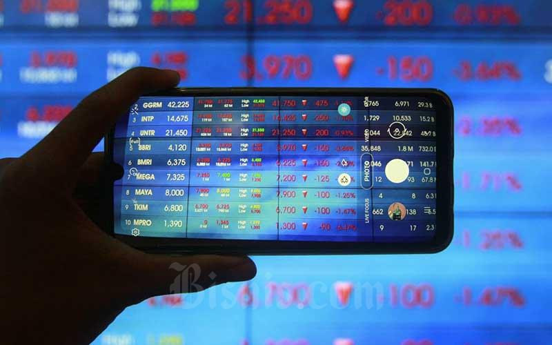 Pengunjung mengambil gambar layar pergerakan Indeks Harga Saham Gabungan (IHSG) di Bursa Efek Indonesia (BEI), Jakarta, Kamis (12/11/2020). Bisnis - Himawan L Nugraha