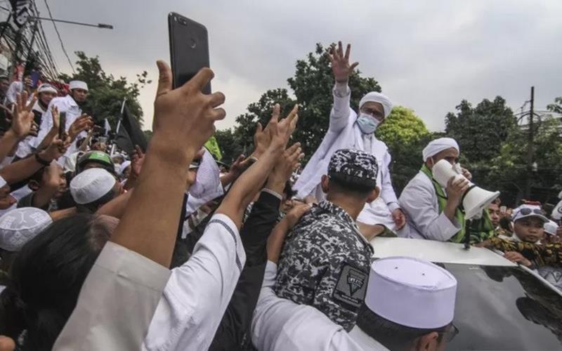 Imam Besar Front Pembela Islam (FPI) Habib Rizieq Shihab (kedua kanan) menyapa massa yang menyambutnya di Petamburan, Jakarta, Selasa (10/11/2020). Massa dari berbagai organisasi Islam menyambut kedatangan Habib Rizieq Shihab dengan diiringi lantunan salawat. - Antara\r\n\r\n