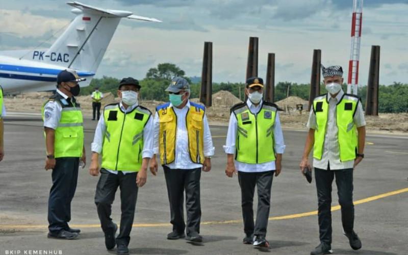 Menhub Budi Karya Sumadi meninjau proyek pembangunan Bandara Ngloram di Cepu, Jawa Tengah. Dengan landas pacu yang telah dibangun sepanjang 1.500 meter saat ini, Bandara Ngloram sudah mampu didarati pesawat jenis ATR-72, Minggu (3/1/2021).  - Kemenhub