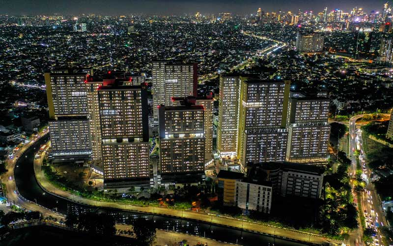 Foto aerial suasana malam hari di Rumah Sakit Darurat (RSD) Penanganan Covid-19 Kompleks Wisma Atlet Kemayoran Jakarta, Selasa (22/12/2020). - Antara/Galih Pradipta