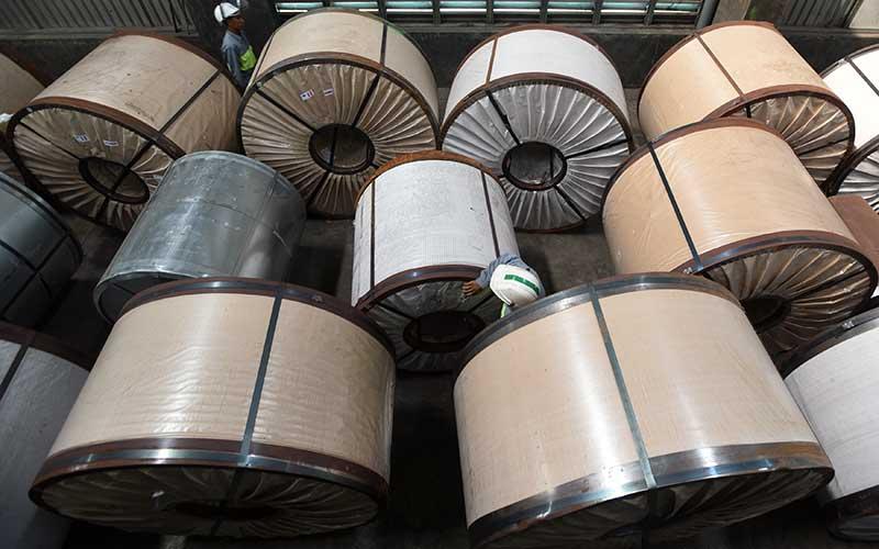 Pekerja mengecek lembaran baja di pabrik Sunrise Steel, Mojokerto, Jawa Timur, Kamis (18/2).ANTARA FOTO - Zabur Karuru