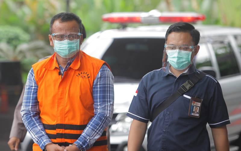 Menteri Kelautan dan Perikanan Edhy Prabowo (kiri) bersiap menjalani pemeriksaan perdana sebagai tersangka di Gedung Komisi Pemberantasan Korupsi (KPK), di Jakarta, Kamis (26/11/2020). - Antara