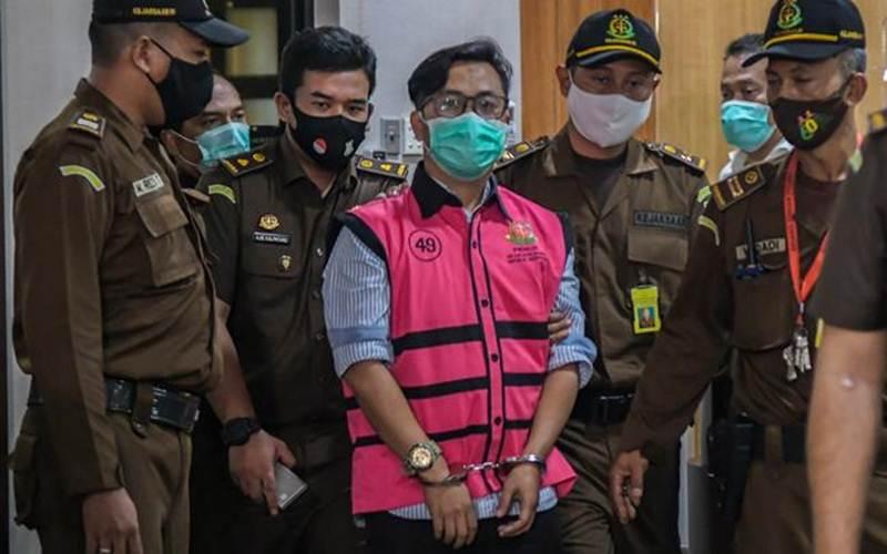 Tersangka Andi Irfan Jaya dikawal usai menjalani pemeriksaan di gedung Bundar, Kejaksaan Agung, Jakarta, Rabu, 2 September 2020. - Antara/Galih Pradipta