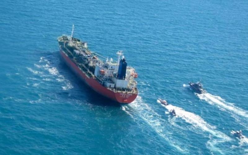 Sebuah gambar yang diperoleh AFP dari kantor berita Iran Tasnim pada 4 Januari 2021, menunjukkan kapal tanker berbendera Korea Selatan itu dikawal oleh angkatan laut Pengawal Revolusi Iran setelah ditangkap di Teluk. - AFP