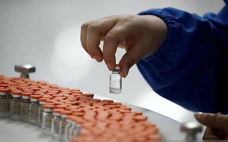 Pekerja melakukan pemeriksaan kualitas di fasilitas pengemasan produsen vaksin China, Sinovac Biotech.  - Antara/Reuters