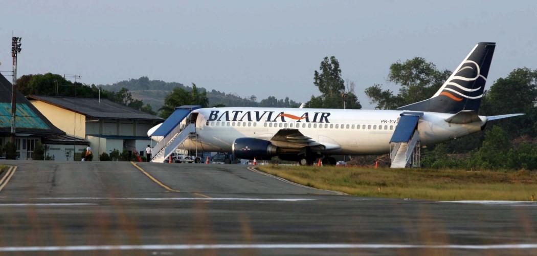 Satu unit Pesawat Batavia yang akan menuju Tanjungpinang-Jakarta tertahan di Bandara akibat amblasnya aspal di landasan pesawat di Bandara Raja Haji Fisabilillah, Tanjungpinang. - Antara
