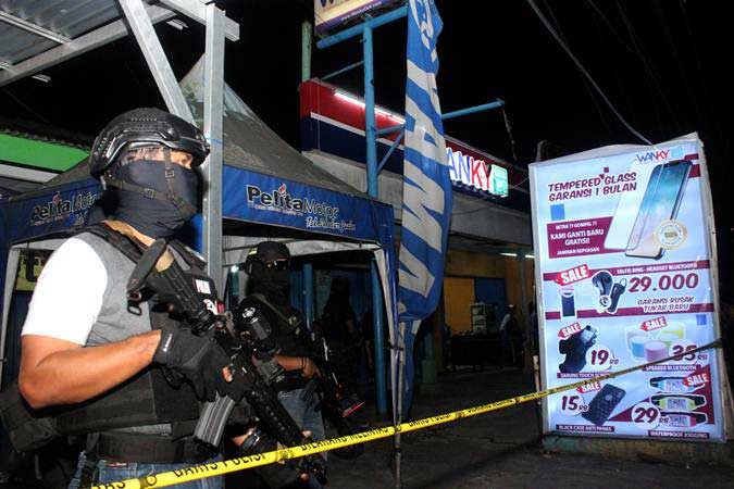 Tim Densus 88 Mabes Polri berjaga saat penggeledahan barang bukti milik terduga teroris, di sebuah kios aksesoris ponsel, Jalan KH Mochtar Tabrani, Bekasi, Jawa Barat, Rabu (8/5/2019). - ANTARA/Risky Andrianto