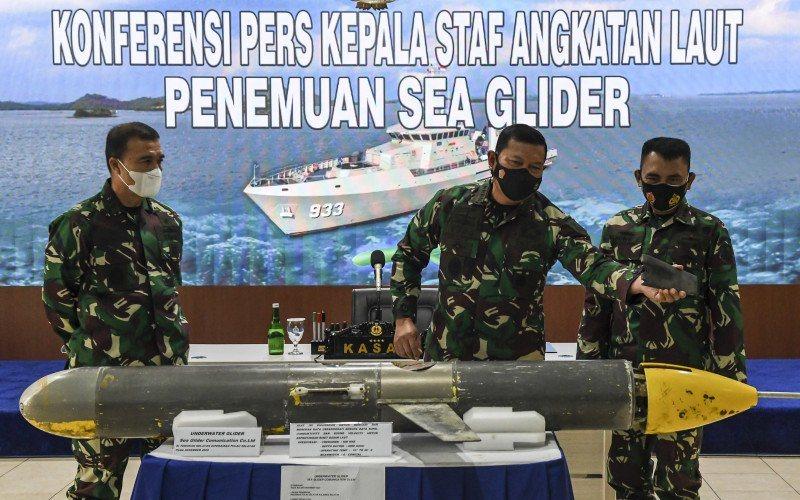 Kepala Staf TNI AL, Laksamana TNI Yudo Margono (tengah), didampingi Kepala Pusat Hidrografi dan Oseanografi TNI AL, Laksamana Muda TNI Agung Prasetiawan (kanan), dan Asisten intelijen KSAL, Laksamana Muda TNI Angkasa Dipua (kiri), menjelaskan tentang penemuan alat berupa 'Sea Glider' saat konferensi pers di Pusat Hidrografi dan Oseanografi TNI AL, Ancol, Jakarta, Senin (4/1/2021) - ANTARA FOTO - M Risyal Hidayat