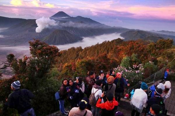 Wisatawan menikmati pemandangan matahari terbit di Gunung Bromo, Jawa Timur, sebelum pandemi memukul bisnis pelesiran. - Bisnis/Abdullah Azzam