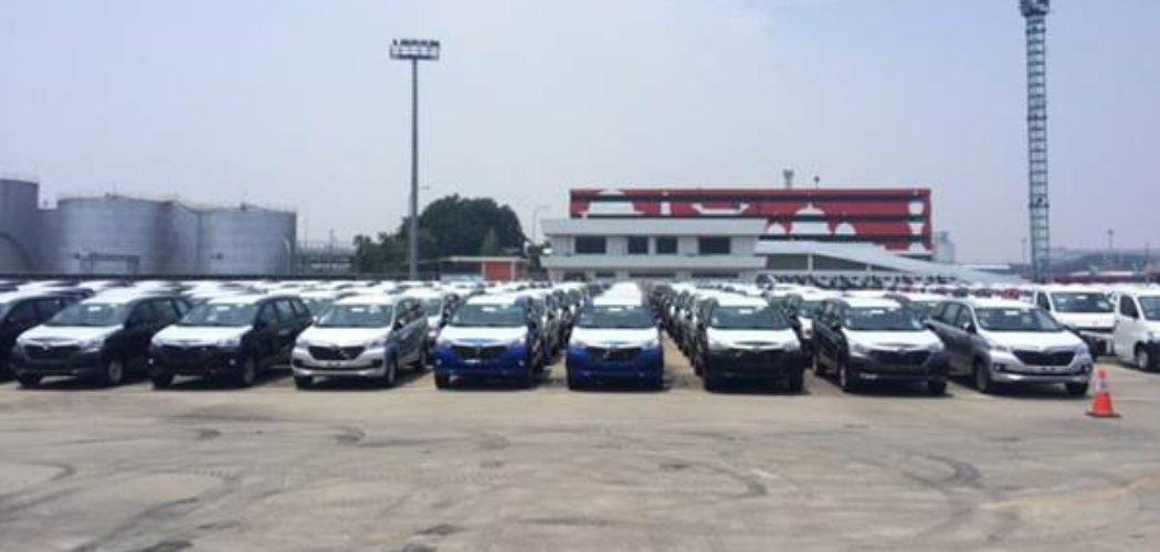 Kendaraan produksi perusahaan otomotif nasional tengah diparkir di lapangan penumpukan PT Indonesia Kendaraan Terminal, Tanjung Priok. Kendaraan-kendaraan ini siap dimuat ke kapal untuk selanjutnya diekspor ke negara tujuan - Bisnis / Rivki Mauana