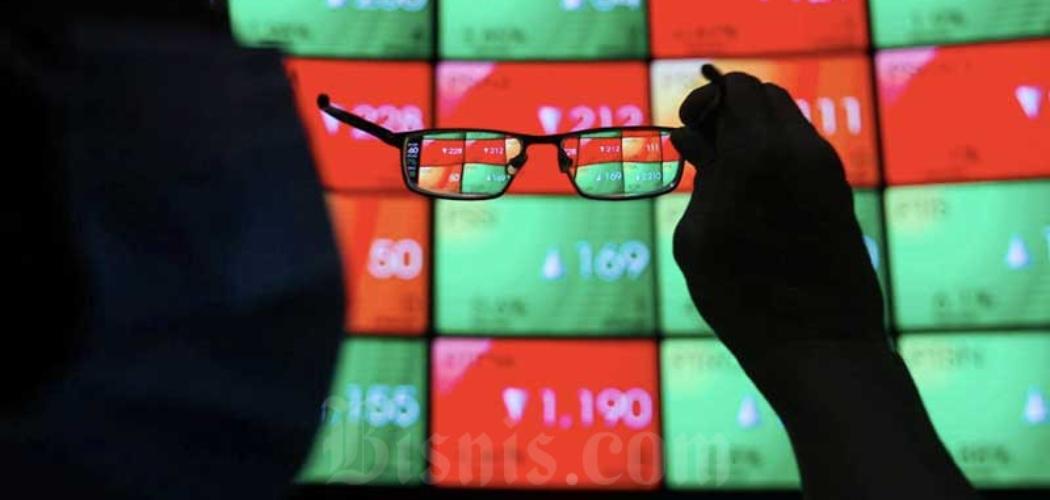 Karyawan mengamati pergerakan saham di galeri PT Bursa Efek Indonesia (BEI), Jakarta, Kamis (19/11/2020). - Bisnis/Arief Hermawan P