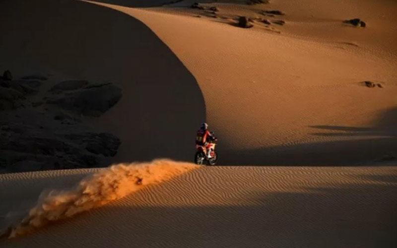 Pebalap Australia Toby Price dari tim KTM bertarung di Reli Dakar 2021 di Arab Saudi./Antara - AFP