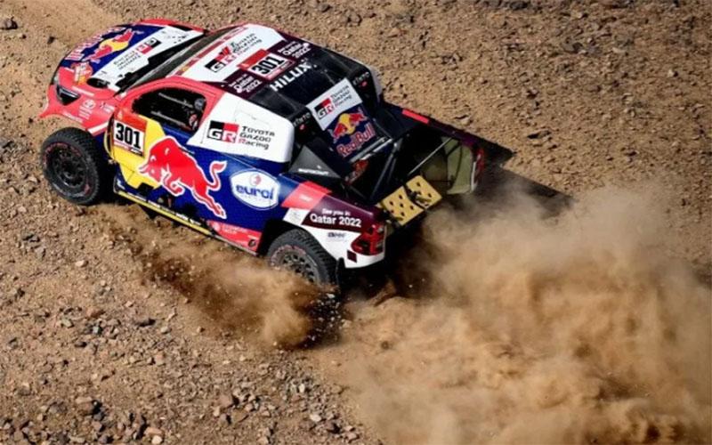 Pebalap tim Toyota Nasser Al-Attiyah dari Qatar bersama co-pilot Mathieu Baumel di Reli Dakar 2021./Antara - AFP