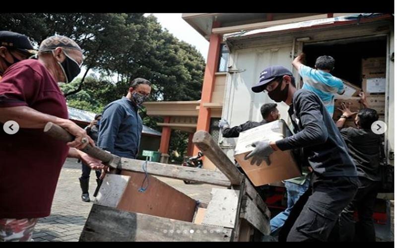 Gubernu DKI Jakarta Anies Baswedan meninjau distribusi bansos untuk warga terdampak pandemi Covid-19 di Jakarta. - Instagram@aniesbaswedan