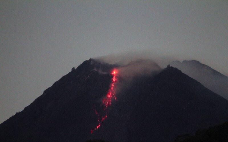 Gunung Merapi mengeluarkan lava pijar yang tampak dari Purwobinangun, Pakem, Sleman, Yogyakarta, Selasa (5/1/2021). Balai Penyelidikan dan Pengembangan Teknologi Kebencanaan Geologi (BPPTKG) menyatakan saat ini Gunung Merapi telah mengalami fase erupsi. - Antara/Ranto Kresek.